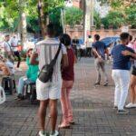 Arman fiestón en el parque Duarte de la Ciudad Colonial, mientras la Policía se queja de que la gente no hace caso